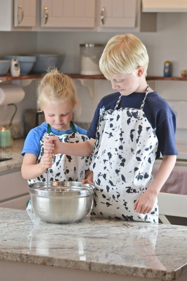 Fat Quarter Kid's Apron Sewing Tutorial // heatherhandmade.com