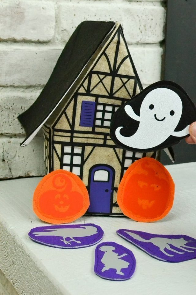 Felt Haunted House Tutorial for Kids // heatherhandmade.com